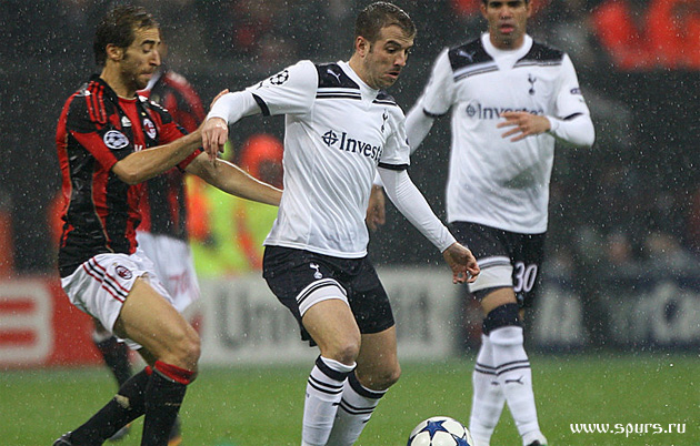 Милан - Тоттенхэм 0:1 Рафаэль ван дер Ваарт в атаке