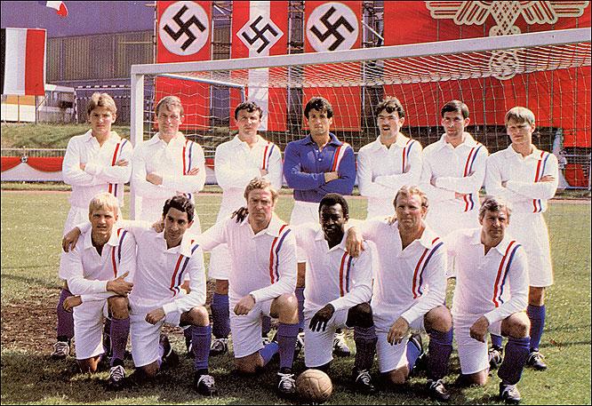 """Освальдо Ардилес в компании Пеле и Бобби Мура на съёмках картины """"Побег к свободе"""" (Escape to Victory) в 1981-м году"""