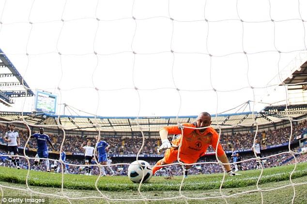 Эурелио Гомес вытащил мяч с ленточки своих ворот, но Андре Марринье гол всё равно засчитал Челси - Тоттенхэм Хотспур 2:1