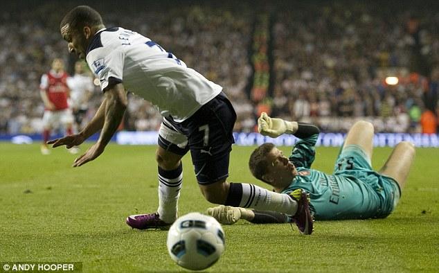 Аарон Леннон зарабатывает пенальти Тоттенхэм – Арсенал 3:3