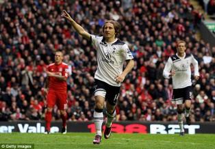 Лука Модрич забивает гол с пенальти в ворота Ливерпуля в мае 2011-го