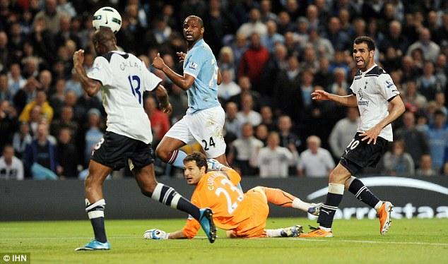 Вильям Галлас выносит мяч из своих ворот: Манчестер Сити – Тоттенхэм Хотспур 1:0