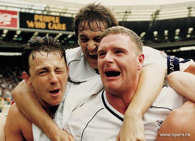 Гари Маббат празднует свой главный капитанский триумф в «Тоттенхэм Хотспур» - Кубок Англии 1991 (слева - Стив Седгели, справа - Пол Гаскойн)