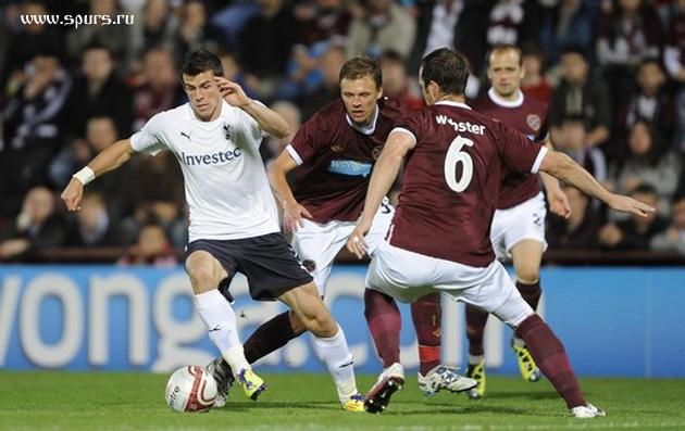 Гарет Бэйл уходит от Эндрю Уэбстера  в матче  Хартс - Тоттенхэм Хотспур 0:5