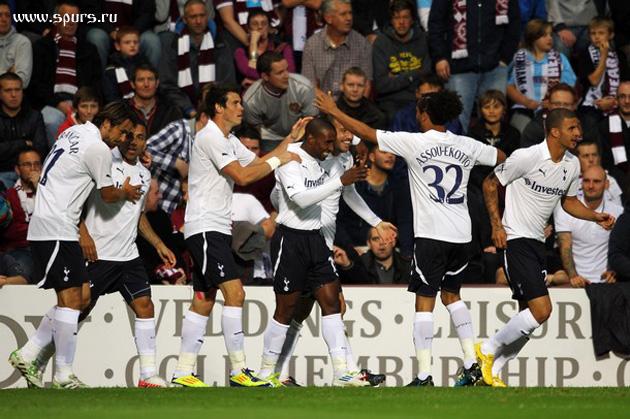 Джермейн Дефо получает поздравления от товарищей по команде в матче Хартс - Тоттенхэм 0:5