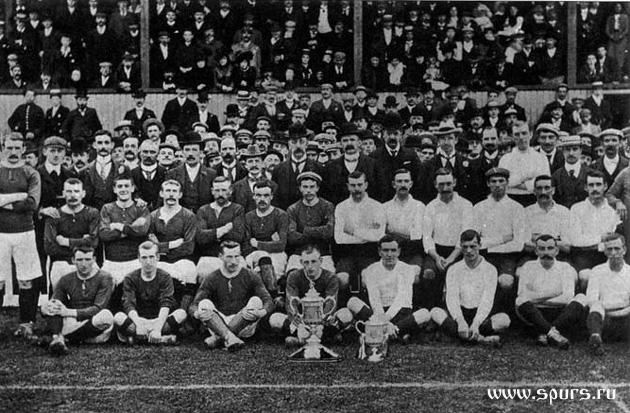 Хартс (со своим новым трофеем - Кубком Шотландии) и Тоттенхэм Хотспур (с только что выигранным Кубком Англии) перед своей первой встречей в 1901-м году