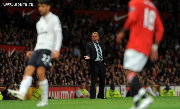 Харри Реднапп безуспешно пытается наладить игру Тоттенхэма во втором тайме матча с Манчестер Юнайтед