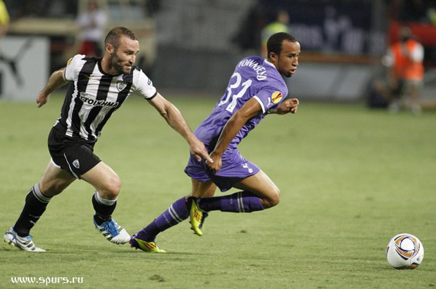 Андрос Таунсенд убегает от игрока ПАОКа Димитриса Салпингидиса