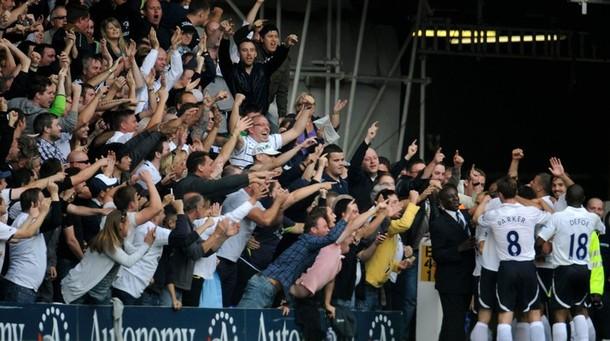 Фаны Шпор празднуют первый гол в матче Тоттенхэм – Ливерпуль 4:0