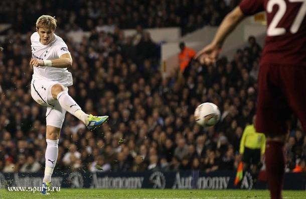 Роман Павлюченко забивает единственный мяч в матче Тоттенхэм - Рубин 1:0