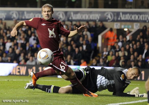 Эурелио Гомес против Романа Шаронова в матче Тоттенхэм - Рубин 1:0