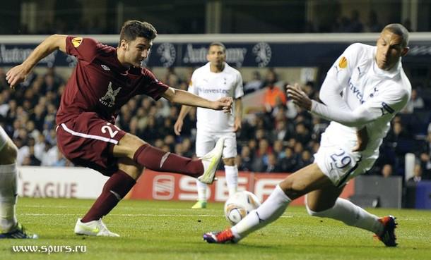 Джейк Ливермор против Сальваторе Бочетти в матче Тоттенхэм - Рубин 1:0