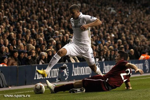 Кайл Уокер против Сальваторе Бочетти в матче Тоттенхэм - Рубин 1:0