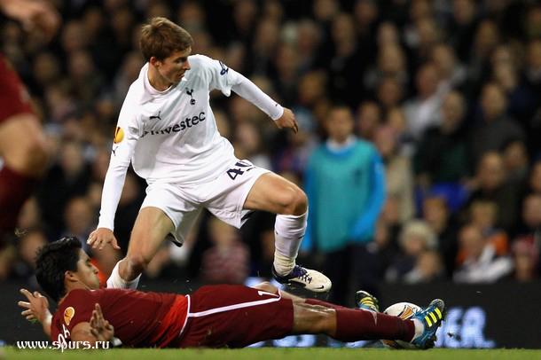 Томас Кэрролл против Кристиана Нобоа  в матче Тоттенхэм - Рубин 1:0