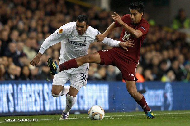 Кордейро Сандро против Кристиана Нобоа в матче Тоттенхэм - Рубин 1:0
