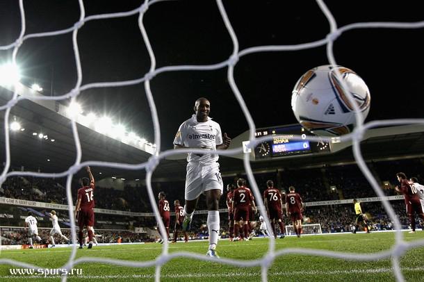 Джермейн Дефо наблюдает мяч в сетке ворот Рубина
