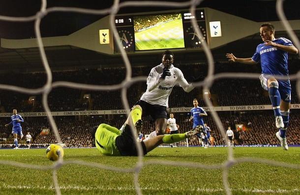 Эммануэль Адебайор открывает счёт в матче Тоттенхэм - Челси 1:1