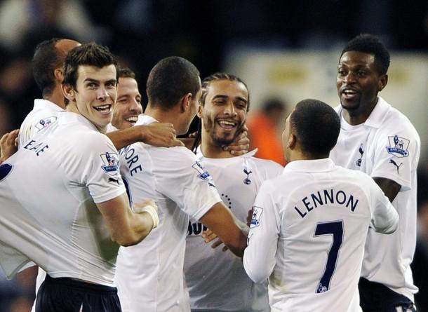 Бенуа Ассу-Экотто - герой матча Тоттенхэм - Эвертон 2:0, получает поздравления от товарищей по команде