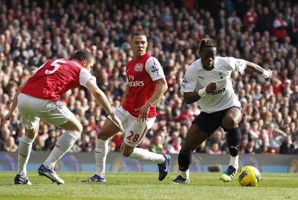 """Луи Саа убегает от Вермалена и Гиббса в матче """"Арсенал"""" - """"Тоттенхэм"""" 5:2"""