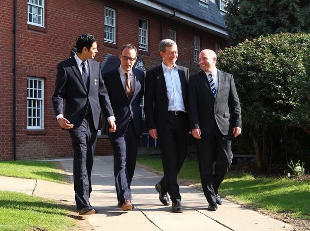 """Врач """"Тоттенхэм Хотспур"""" Шабааз Магал (слева) и доктор Эндрю Динер (второй справа) у Лондонской Кариологической Больницы после того, как Фабрис Муамба вернулся к жизни"""