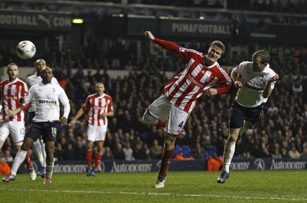 Рафаэль ван дер Ваарт забивает свой гол в матче Тоттенхэм - Сток 1:1
