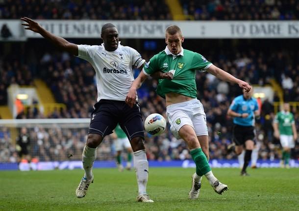 Ледли Кинг против Стива Морисона в матче Тоттенхэм Хотспур - Норвич Сити 1:2