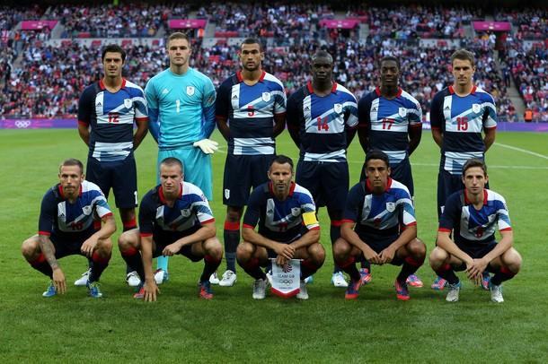 Стивен Колкер (№ 5) в составе олимпийской сборной Великобритании перед матчем с ОАЭ