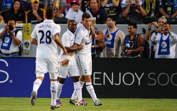 Джермейн Дефо и Кайл Уокер поздравляют Гарета Бэйла с голом  в матче Лос Анджелес Гэлакси - Тоттенхэм Хотспур 1:1