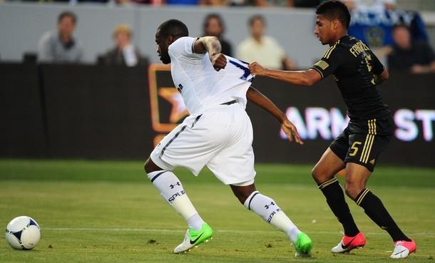 Себастьен Бассонг против Шона Франклина в матче Лос Анджелес Гэлакси - Тоттенхэм Хотспур 1:1