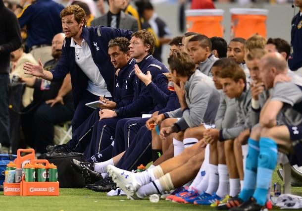 Тренерский штаб Шпор во главе с Андре Виллаш-Боашем в матче Лос Анджелес Гэлакси - Тоттенхэм Хотспур 1:1