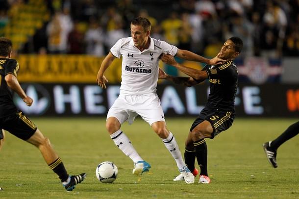 Гилфи Сигурдссон против Шона Франклина в матче Лос Анджелес Гэлакси - Тоттенхэм Хотспур 1:1