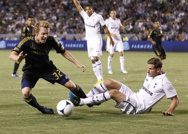 Ян Вертонген против Джека МакБина в матче Лос Анджелес Гэлакси - Тоттенхэм Хотспур 1:1