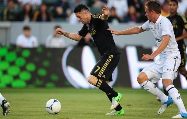 Робби Кин и Гилфи Сигурдссон в матче Лос Анджелес Гэлакси - Тоттенхэм Хотспур 1:1