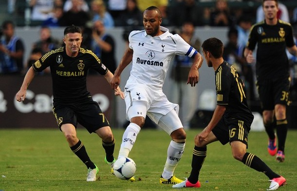 Юнес Кабул  и Робби Кин в матче Лос Анджелес Гэлакси - Тоттенхэм Хотспур 1:1