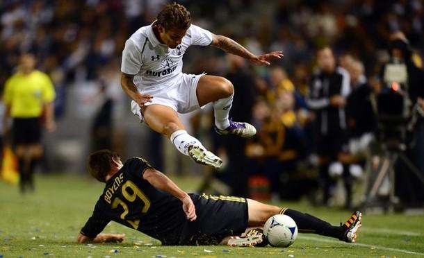 Дэвид Бентли уходит от подката Эндрю Бойенса в матче Лос Анджелес Гэлакси - Тоттенхэм Хотспур 1:1