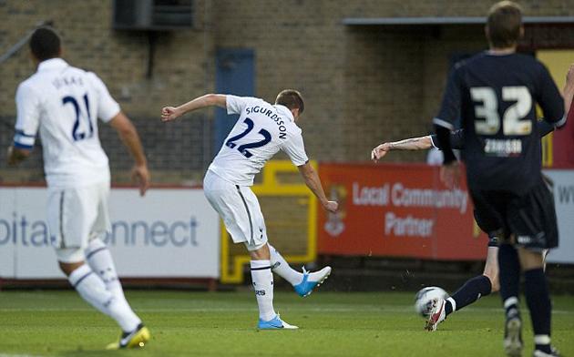 Гилфи Сигурдссон забивает свой первый гол за Тоттенхэм - в ворота Стивенэйдж