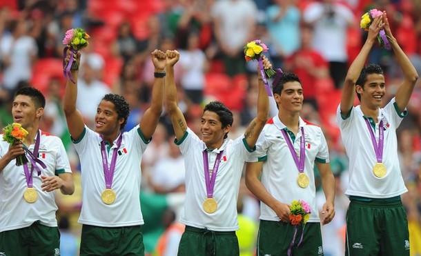 Джовани дос Сантос с золотой медалью Олимпиады 2012 и товарищами по олимпийской сборной Мексики