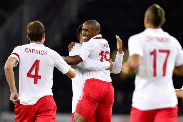 Джермейн Дефо празднует свой 16-й в карьере гол за сборную Англии