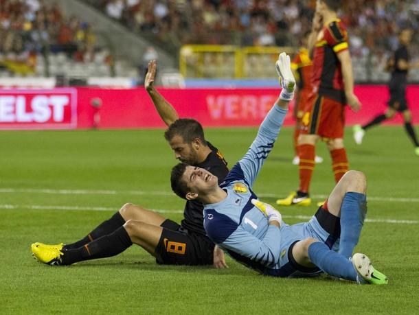 Рафаэль ван дер Ваарт отметил свой сотый матч за сборную Голландии разве что предупреждением за столкновение с вратарём сборной Бельгии