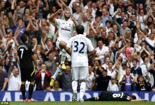 Мусса Дембеле празднует свой гол в дебютном матче за Тоттенхэм