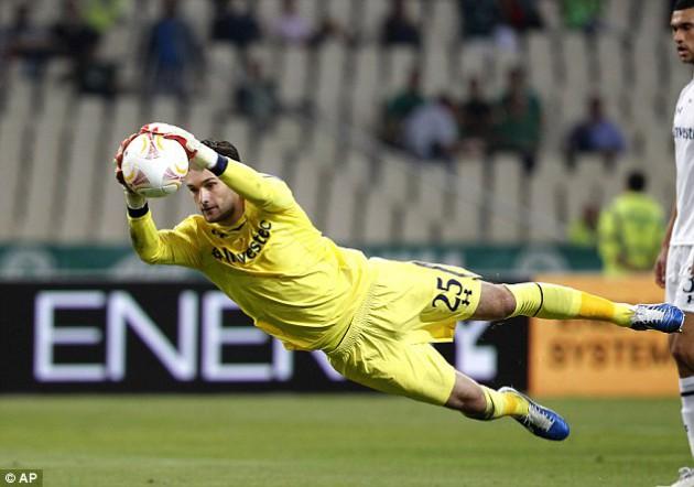 Юго Льорис в матче Лиги Европы 2012/13 Панатинаикос - Тоттенхэм (1:1)