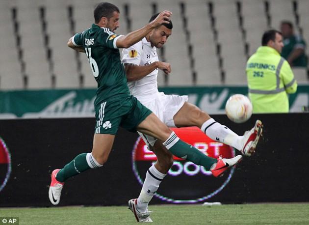 Стивен Колкер и Гуркас Сейтаридис в матче Лиги Европы 2012/13 Панатинаикос - Тоттенхэм (1:1)