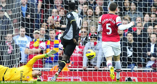 Эммануэль Адебайор открывает счёт в матче Арсенал - Тоттенхэм 5:2