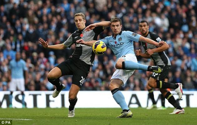 Майкл Доусон против Эдина Джеко в матче Манчестер Сити - Тоттенхэм 2:1Майкл Доусон против Эдина Джеко в матче Манчестер Сити - Тоттенхэм 2:1