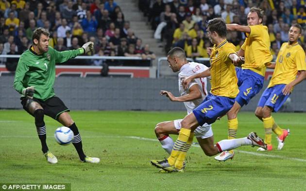 """Защитник """"Тоттенхэма"""" Стивен Колкер забивает гол в дебютном матче за сборную Англии"""