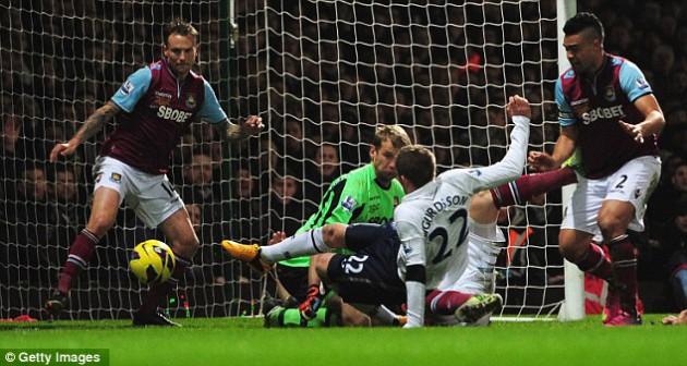 Гилфи Сигурдссон забил переломный гол в игре Вест Хэм - Тоттенхэм 2:3