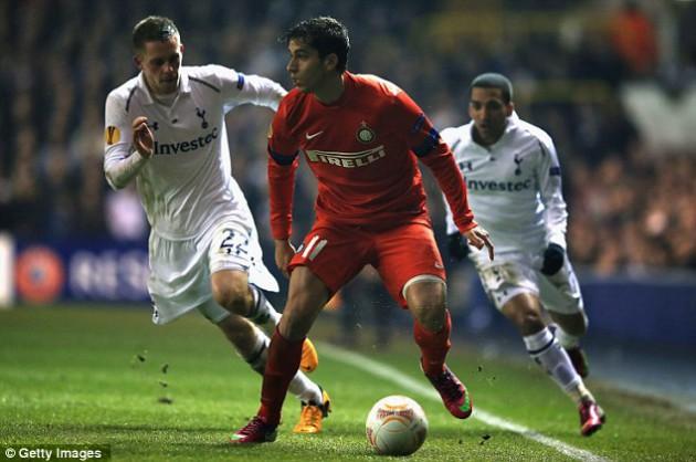 Рикардо Альверс пытается укрыть мяч от Гилфи Сигурдссона и Аарона Леннона