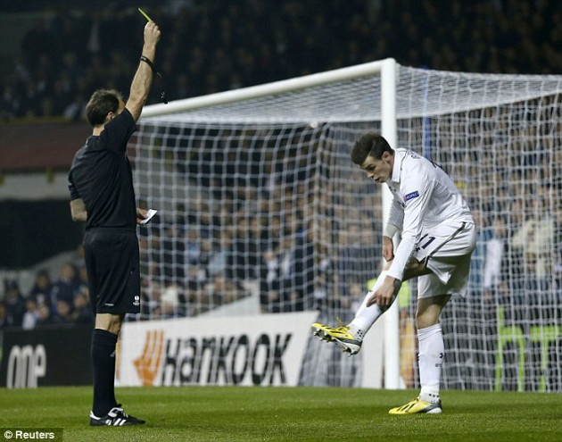 ...но арбитр матча Антонио Матеу Лаос не назначает пенальти в ворота Интера, а показывает Бэйлу предупреждение