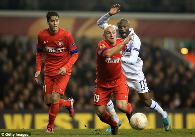 Вильям Галлас обороняет ворота Тоттенхэма в матче с Интером