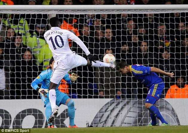 Эммануэль Адебайор забивает гол в матче Тоттенхэм - Базель 2:2
